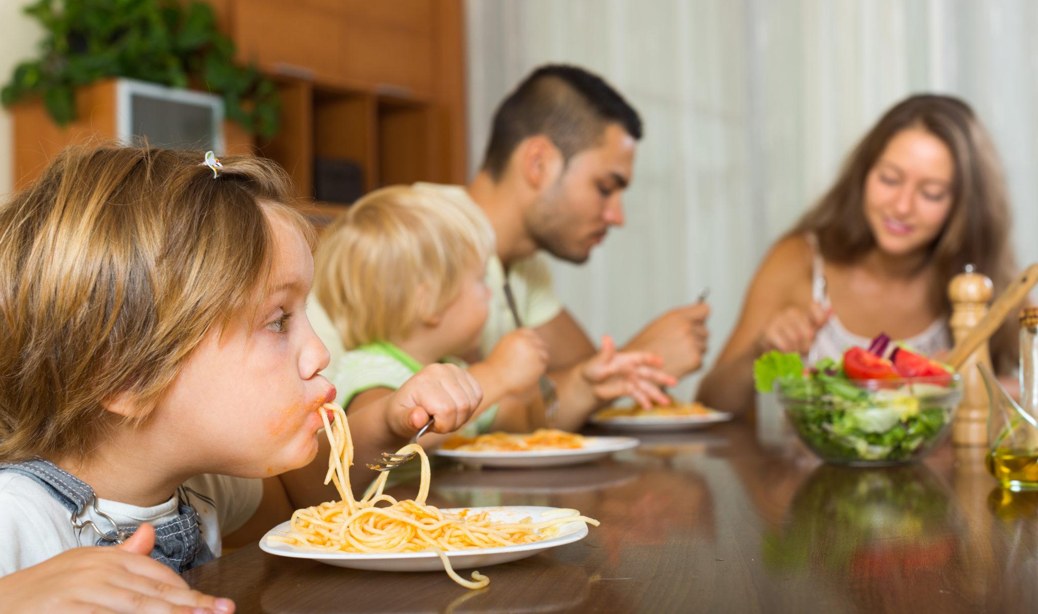 família comendo receita econômica