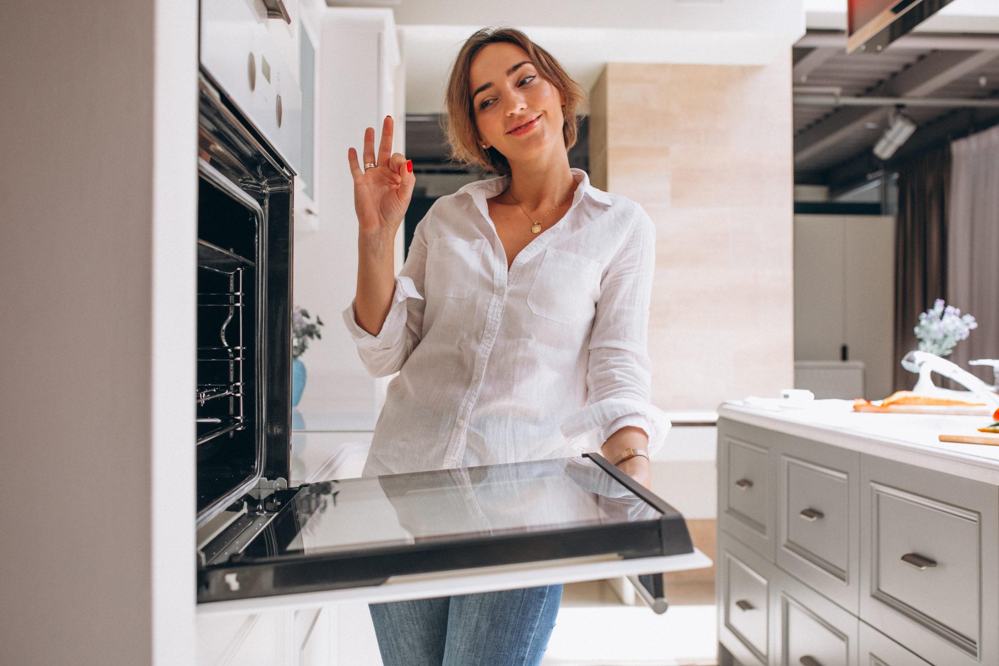 Mulher fazendo receitas com 3 ingredientes  xícara com merengue de café  Cookies de chocolate  pote com geleia de morango  Bolinha de queijo crocante  Pão com requeijão caseiro