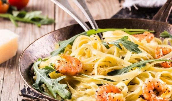 Aprenda a fazer o melhor macarrão cremoso com camarão